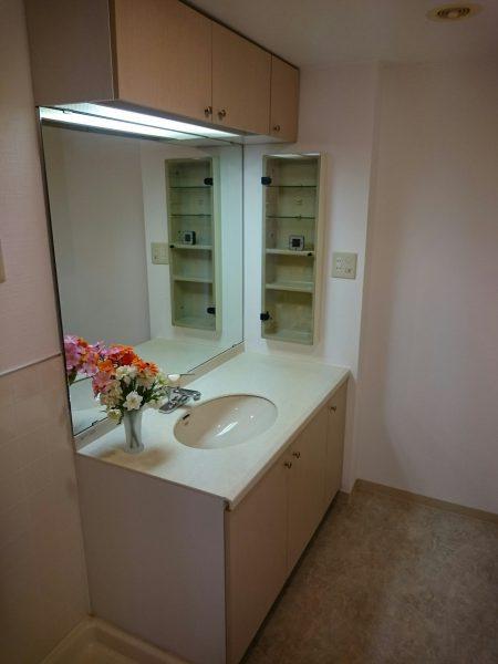 大きい鏡の洗面台