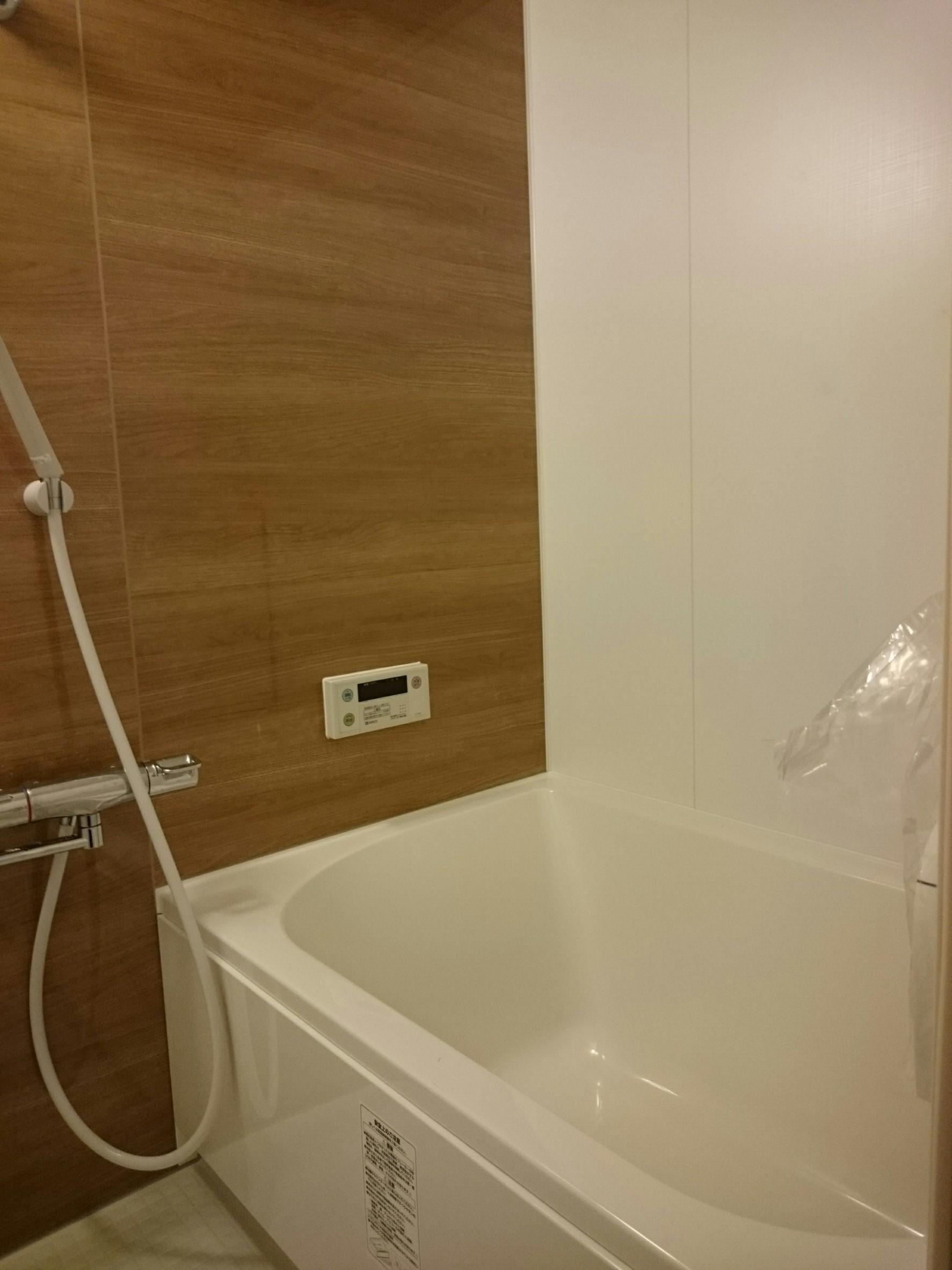 落ち着いた木目の浴室
